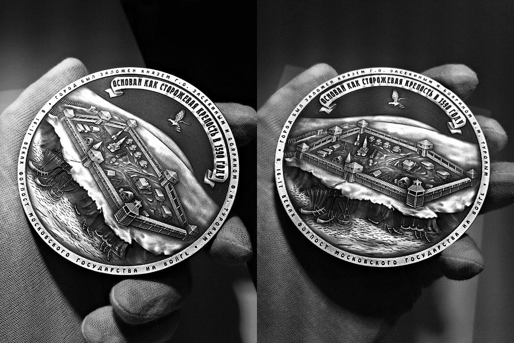 Подарочная медаль «Город Саратов» в большом футляре Венге